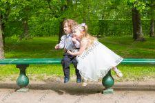 Детская фотосессия для брата с сестрой в летнем парке