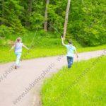 Дети бегают во время фотосъёмки