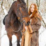 Зимняя фотосессия с конем в лесу