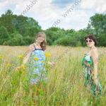 Летняя фотосессия для двух подруг в парке Петергофа
